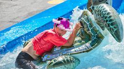Seorang partisipan mengikuti kompetisi selancar matras tiup yang digelar di Wina, Austria (1/8/2020). (Xinhua/Georges Schneider)