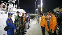 Tim SAR gabungan mencari keberadaan 10 penumpang yang hilang dalam insiden kapal terbalik di dekat Gunung Anak Krakatau. (Foto: Liputan6.com/Basarnas)