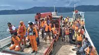 Tim SAR gabungan mencari korban kapal tenggelam di Danau Toba. (Liputan6.com/Reza Efendi)