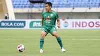Pemain PS Sleman, Arthur Daniel Irawan saat melawan Persik Kediri dalam pertandingan Babak Penyisihan Grup C Piala Menpora 2021 di Stadion Si Jalak Harupat, Bandung. Kamis (1/4/2021). (Bola.com/Ikhwan Yanuar)