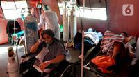 Pasien COVID-19 menjalani perawatan di dalam tenda darurat di RSUD Kota Bekasi, Jawa Barat, Jumat (25/06/2021). Puluhan pasien covid-19 saat ini dirawat dalam tenda darurat karena keterisian tempat tidur yang penuh akibat lonjakan kasus. (merdeka.com/Arie Basuki)