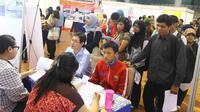 Pencari kerja antre di salah satu bursa lowongan pekerjaan di Kota Malang, jawa Timur (Liputan6.com/Zainul Arifin)