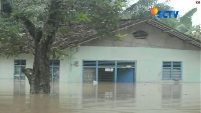 Namun, hingga Senin siang kemarin, baru ada lima orang korban banjir yang ditemukan. Dua lainnya masih belum diketahui keberadaannya.