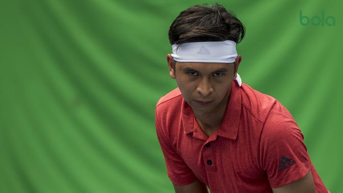 Petenis Indonesia, Christopher Rungkat, tampak fokus saat latihan di Lapangan Tenis Pondok Indah, Jakarta, Kamis (19/7/2018). Dirinya merupakan salah satu petenis yang akan turun pada Asian Games XVIII. (Bola.com/Vitalis Yogi Trisna)