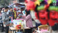 Pedagang melayani pembeli untuk berbuka puasa di sekitar Jalan Panjang Kelapa Dua, Jakarta, Selasa (7/5/2019). Beragam menu jajanan dijajakan pedagang musiman selama Ramadan. (Liputan6.com/Helmi Fithriansyah)