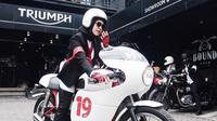 Istri Omesh, Dian Ayu mengendarai motor gede [foto: instagram/dianayulestari]