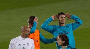 Penyerang Real Madrid, Cristiano Ronaldo melakukan pemanasan saat mengikuti sesi latihan di Abu Dhabi, Uni Emirat Arab,(11/12). Madrid akan menghadapi klub Uni Emirat Arab, Al Jazira pada laga semifinal Piala Dunia klub. (AP Photo/Hassan Ammar)