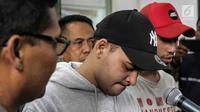 Aktor Riza Shahab tertunduk saat memberi keterangan usai menjalani pemeriksaan oleh BNN di Polda Metro Jaya, Jakarta, Jumat (13/4). Riza Shahab dan Reza Alatas ditangkap seusai pesta sabu. (Liputan6.com/Faizal Fanani)