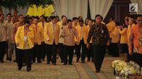 Wakil Presiden Jusuf Kalla (tengah) didampingi Ketum Golkar Airlangga Hartarto saat tiba untuk menghadiri penutupan Munaslub Golkar di Jakarta, Rabu (20/12). (Liputan6.com/Faizal Fanani)