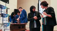 Sofia Blake berbincang dengan seorang pengajar Sampoerna University saat melihat workshop di Sampoerna University education expo, Jakarta, Sabtu (5/3/2016). Sampoerna University gelar Education Expo 2016 di Sampoerna Square. (Liputan6.com/Yoppy Renato)