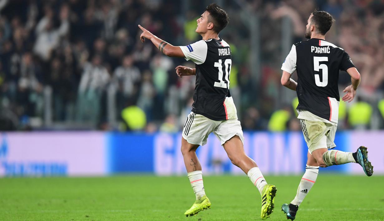 Striker Juventus, Paulo Dybala, merayakan gol yang dicetaknya ke gawang Lokomotiv Moscow pada laga Liga Champions di Stadion Juventus, Turin, Selasa (22/10). Juventus menang 2-1 atas Lokomotiv. (AFP/Miguel Medina)