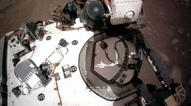 Kamera Navigasi, atau Navcams, di atas rover Perseverance Mars NASA menangkap pemandangan dek rover ini pada 20 Februari 2021.