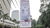 Deretan papan reklame sosialisasi vaksin Covid-19 yang terpasang di tiang pancang proyek monorel, Senayan, Jakarta, Selasa (17/11/2020). Seperti diketahui, Presiden Joko Widodo mengatakan vaksin Covid-19 akan tiba di Indonesia pada akhir November 2020. (merdeka.com/Iqbal S Nugroho)