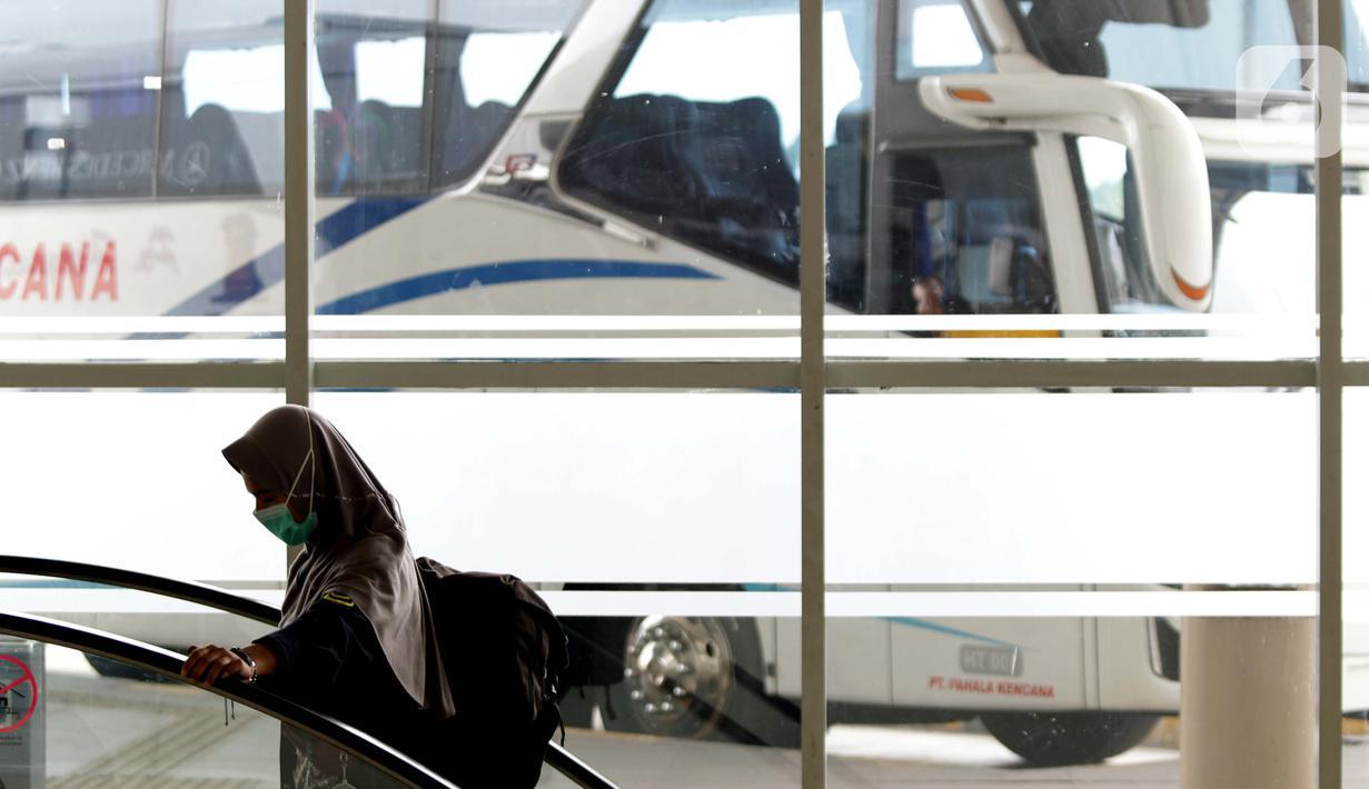 Calon penumpang memasuki area ruang tunggu bus Antar Kota Antar Provinsi di Terminal Bus Terpadu Pulo Gebang, Jakarta, Kamis (31/12/2020). Memasuki libur pergantian tahun sejumlah calon penumpang terus berdatangan di Terminal Bus Terpadu Pulo Gebang. (Liputan6.com/Helmi Fithriansyah)
