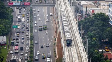 Rangkaian kereta Moda Raya Terpadu (MRT)  Lebak Bulus-Bundaran HI melintas di Stasiun MRT Fatmawati, Jakarta, Rabu (8/5/2019). Terhitung mulai  13 Mei 2019, tarif MRT Jakarta akan kembali normal seharga Rp 7.000 hingga Rp 14.000 per sekali perjalanan. (Liputan6.com/Faizal Fanani)