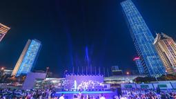 Gedung-gedung berbalut cahaya biru saat Hari Anak Sedunia di Shenzhen, Provinsi Guangdong, China selatan (20/11/2020). Sejumlah bangunan dan monumen ikonis di beberapa kota di China memancarkan cahaya biru pada Jumat (20/11) untuk merayakan Hari Anak Sedunia. (Xinhua/Mao Siqian)