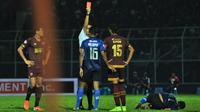 Bek PSM Makassar, Hasyim Kipuw, menerima kartu merah dari wasit Thoriq Alkatiri, dalam laga kontra Arema FC di Stadion Kanjuruhan, Malang, dalam laga pekan ke-22 Shopee Liga 1 2019, Rabu (2/10/2019). (Bola.com/Iwan Setiawan)