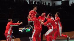 Selebrasi Ihsan Maulana (2kiri) usai mengalahkan pemain Malaysia Lee Zii Jia bersama tim pada final Bulutangkis beregu putra SEA Games 2017 di Axiata Arena, Malaysia, Kamis (24/8). Indonesia meraih medali emas. (Bola.com/Liputan6.com/Faizal Fanani)