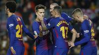 Para pemain Barcelona merayakan gol yang dicetak Paco Alcacer ke gawang Murcia pada babak 32 besar Copa del Rey di Stadion Camp Nou, Barcelona, Rabu (29/11/2017). Barcelona menang 5-0 atas Murcia dan lolos dengan agregat 8-0. (AP/Manu Fernandez)