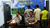 Seorang anggota DPRD Kota Kupang bersama tiga orang lainnya digerebek saat berjudi jenis kartu Samgong di Kelurahan Sikumana, Kecamatan Maulafa, Kota Kupang, NTT. (Liputan6.com/Ola Keda)