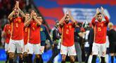 Para pemain Spanyol menyapa suporter usai mengalahkan Inggris pada laga UEFA Nation League di Stadion Wembley, London, Sabtu (8/9/2018). Inggris kalah 1-2 dari Spanyol. (AFP/Glyn Kirk)