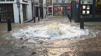 Air membanjiri jalanan dan rumah warga (@islingtongztte)