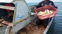 Bagi nelayan tradisional di Barombong, Tamalate, Makassar Sulawesi Selatan, ombak adalah kawan, dan laut merupakan tempat sakral yang perlu dihormati. (Liputan6.com/ Ahmad Yusran)
