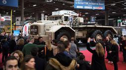 Pengunjung melihat truk Gurun, Berliet T100, dengan berat 50 ton, selama pameran mobil Retromobile di Paris, Prancis (5/2). Pameran ini diselenggarakan dari tanggal 6 sampai 10 Februari 2019. (AFP Photo/Eric Feferberg)