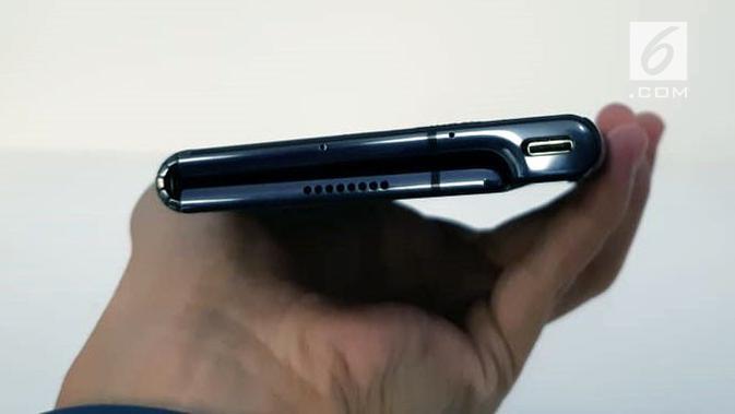 Tampak sisi bawah smartphone Huawei Mate X ketika dilipat. (Liputan6.com/ Agustin Setyo Wardani)