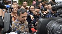 Sekjen Partai Gerindra Ahmad Muzani memberi keterangan saat tiba di rumah Prabowo Subianto di Jakarta, Kamis (9/8). Sejumlah petinggi Gerindra dan PAN mulai berdatangan jelang deklarasi capres-cawapres. (Merdeka.com/Iqbal Nugroho)
