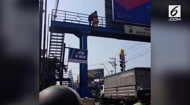Seorang driver ojol berhasil menyelamatkan wanita yang hendak melompat dari JPO Pasicif Mall Tegal, Jawa Tengah.