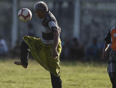 Rayakan HUT RI, Warga Aceh Main Sepak Bola Pakai Sarung