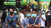 Warga antre menunggu untuk menjalani tes deteksi COVID-19 dengan metode GeNose C19 usai terjaring razia penggunaan masker di Kelurahan Sudimara Barat, Kota Tangerang, Kamis (27/5/2021). Tes tersebut untuk menekan penyebaran corona di wilayah tersebut. (Liputan6.com/Angga Yuniar)