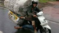 6 gaya bawa barang di motor yang tak boleh ditiru (brilio.net/1cak).
