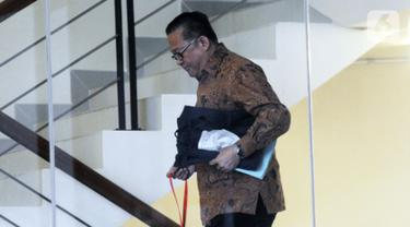 Dirut PTPN IX Iryanto Hutagaol bersiap menjalani pemeriksaan di Gedung KPK, Jakarta, Selasa (12/11/2019). Iryanto diperiksa sebagai saksi untuk tersangka Direktur Pemasaran PTPN III (Persero) I Kadek Kertha Laksana terkait suap pengelolaan distribusi gula di PTPN III 2019. (merdeka.com/Dwi Narwoko)