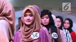 Ekspresi peserta saat memeragakan busana pada acara Hijab Hunt 2018 di Jakarta, Minggu (6/5). Kegiatan ini digagas oleh Baitul Muslimin Indonesia (Bamusi). (Liputan6.com/Angga Yuniar)