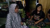 Prapti Utami (berjilbab) ibu kandung Diah Anggraini, seorang Pekerja Migran Indonesia yang hilang kontak selama 12 tahun bekerja di Yordania (Liputan6.com/Zainul Arifin)