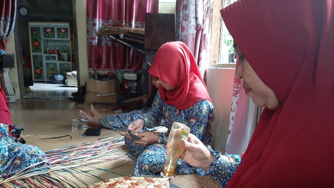 Emak-Emak Ubah Gulma Jadi Anyaman Cantik (Foto: Liputan6/Yopi Makdori)