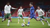 Gelandang Inggris, Jack Grealish, dikurung tiga pemain Republik Irlandia dalam laga uji coba internasional di Stadion Wembley, London, Jumat (13/11/2020) dini hari WIB. Inggris menang 3-0 atas Republik Irlandia. (AP/Nick Potts/Pool)