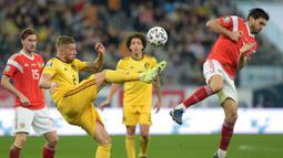 Bek Belgia, Toby Alderweireld, berebut bola dengan gelandang Rusia, Magomed Ozdoev, pada laga Kualifikasi Piala Eropa 2020 di Gazprom Arena, Saint Petersburg, Sabtu (16/11). Rusia kalah 1-4 dari Belgia. (AFP/Olga Maltseva)
