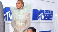 Putri Beyonce, Blue Ivy mengenakan gaun rancangan desainer Indonesia Mischka Aoki. (AFP/Bintang.com)