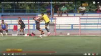 Tendangan kungfu bek AHHA PS Pati FC, Syaiful Indra Cahya terhadap gelandang Persiraja Banda Aceh, Muhammad Nadhiif. (Tangkapan layar YouTube AHHA PS FC).