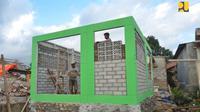 Warga Lombok dibantu tenaga pendamping dari Kementerian PUPR membangun kembali rumah yang rusak akibat gempa dengan teknologi rumah tahan gempa. (Dok Kementerian PUPR)