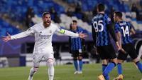 Bek Real Madrid, Sergio Ramos, melakukan selebrasi usai mencetak gol ke gawang Inter Milan pada laga Liga Champions di Stadion Alfredo Di Stefano, Rabu (4/11/2020). Real Madrid menang dengan skor 3-2. (AP/Bernat Armangue)
