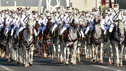 Petugas kepolisian Qatar berpartisipasi dalam latihan parade militer untuk Hari Nasional Qatar di Doha, ibu kota Qatar (11/12/2020). Qatar akan merayakan Hari Nasional pada 18 Desember. (Xinhua/Nikku)