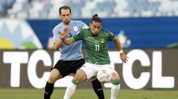 Bolivia memiliki peluang emas mencetak gol di menit 11. Sayang, bola tendangan Ramallo hanya bergulir tipis di sisi kanan gawang Uruguay. (Foto: AP/Andre Penner)