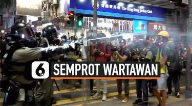 Ketegangan meningkat antara polisi dan wartawan di Hong Kong. Saat protes pro-demokrasi yang terjadi di Causeway Bay, polisi mendorong mundur para wartawan dengan cara menyemprotkan cairan lada.