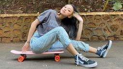 Kekasih dari Devano Danendra ini kerap tampil dengan kaos oblong, celana jeans, dan sepatu sneakers. Penampilannya ini pun kerap menjadi trend bagi remaja seusianya. (Liputan6.com/IG/naura.ayu)