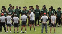 Asisten pelatih Timnas Indonesia U-22, Nova Arianto, memberikan arahan saat latihan di Stadion Madya Senayan, Jakarta, Kamis (24/1). Latihan ini merupakan persiapan jelang Piala AFF U-22. (Bola.com/Yoppy Renato)