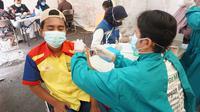 Selain di pusat perbelanjaan, kegiatan vaksinasi juga dilangsungkan di beberapa kecamatan seperti di Cisompet, Peundeuy, Singajaya yang secara serentak melakukan program vaksinasi massal. (Liputan6.com/Jayadi Supriadin)